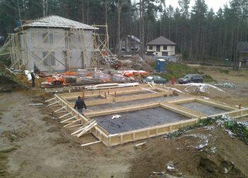 Установка опалубки для фундамента дома
