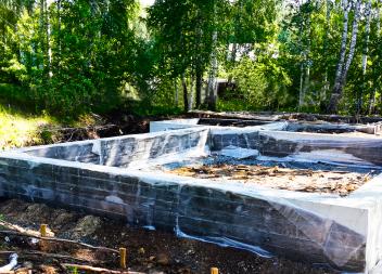 Мелкозаглубленный ленточный фундамент под садовый дом с террасой