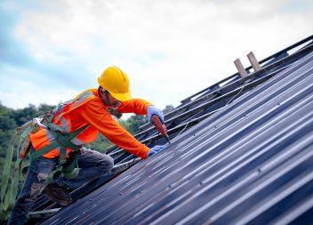 Покрытие крыши профнастилом своими руками