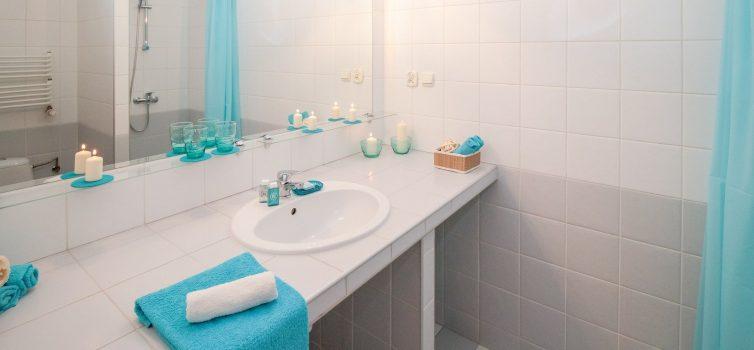 Как прикрепить зеркало в ванной на малярную ленту