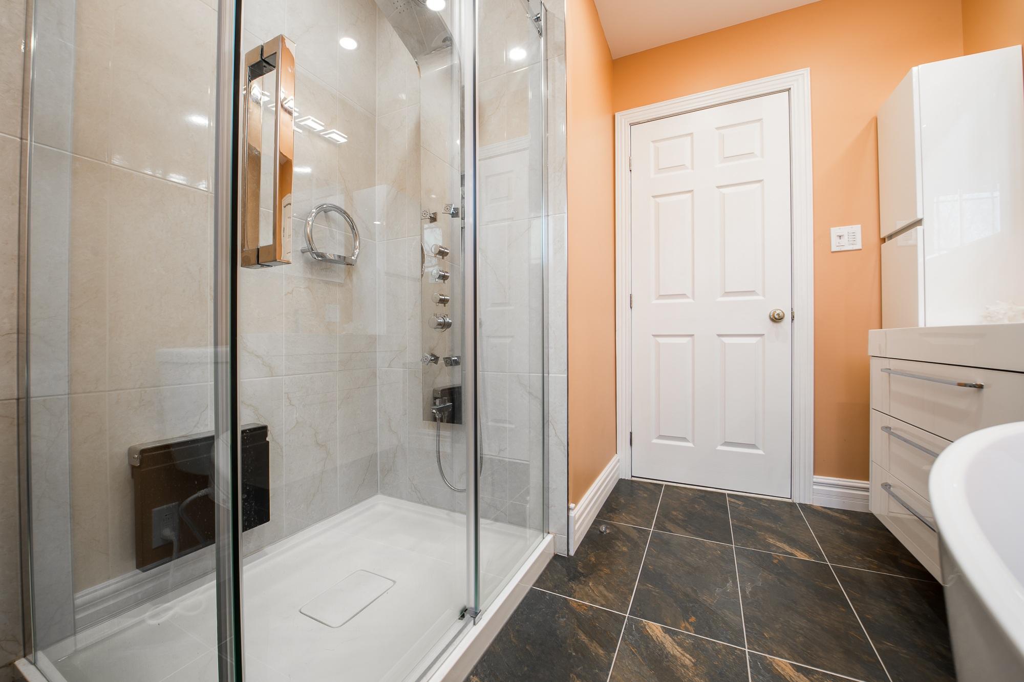 Оранжевый цвет в интерьере ванны