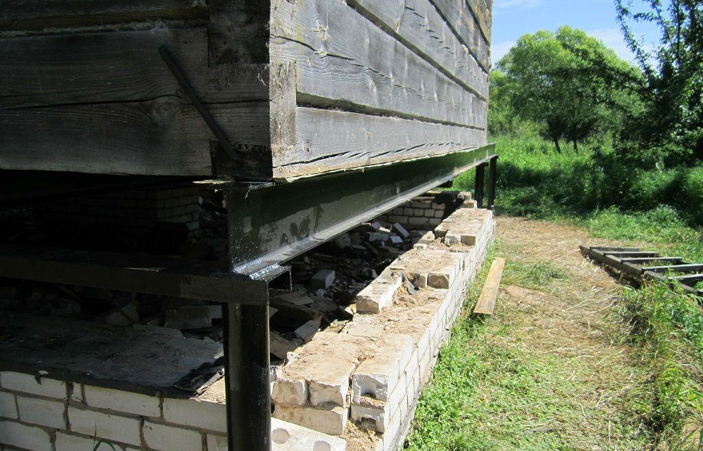 Замена старого фундамента на свайно-винтовой фундамент у деревянного дома