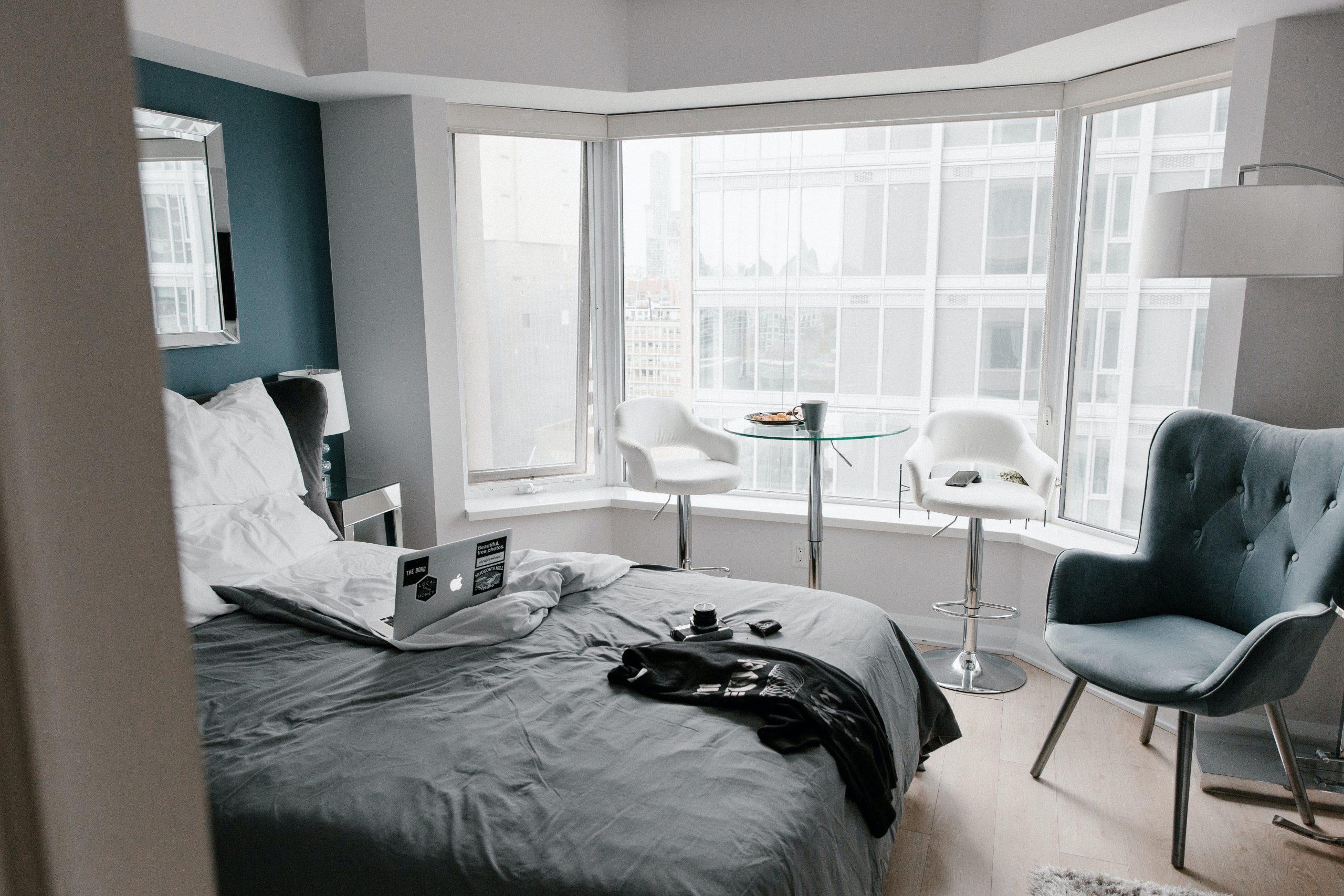 Интерьер спальни в белом и бирюзовым цвете
