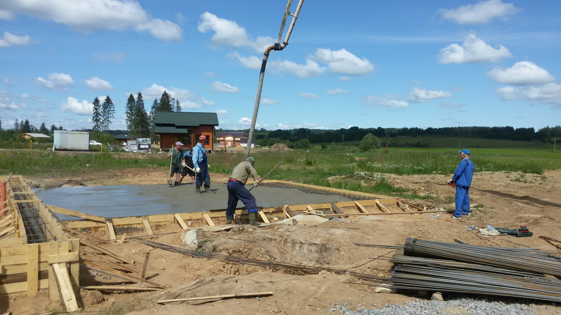 Процесс заливки плиты бетоном
