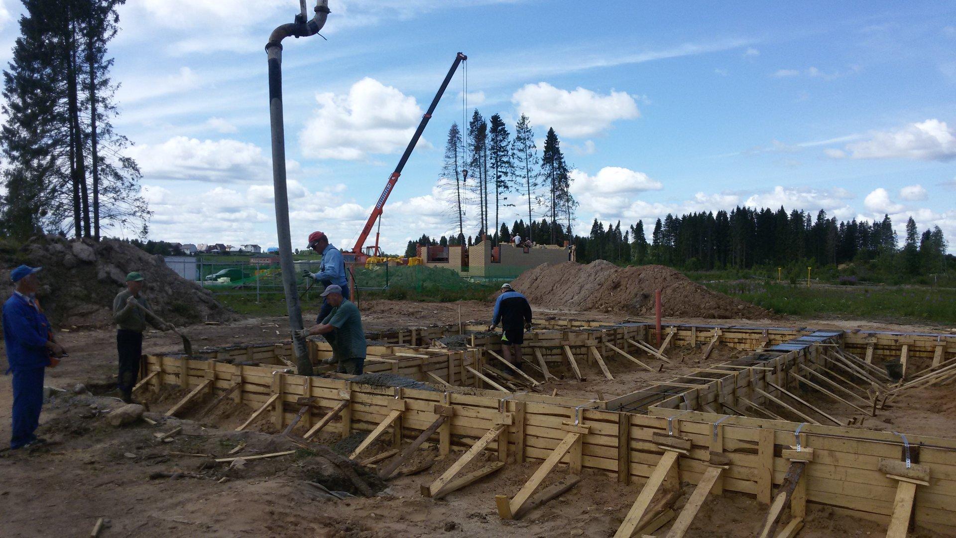Процесс заливки ленты бетоном