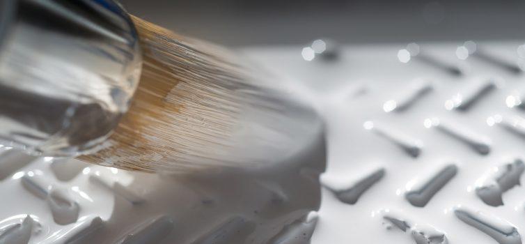 Как покрасить потолочный плинтус своими руками