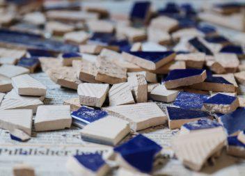 Разбитая керамическая плитка
