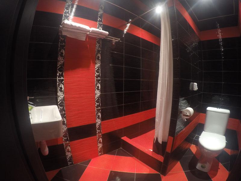Интерьер небольшой ванной комнаты в черном и красном цвете