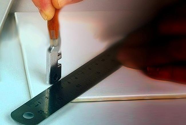 Разрезание кафельной плитки стеклорезом