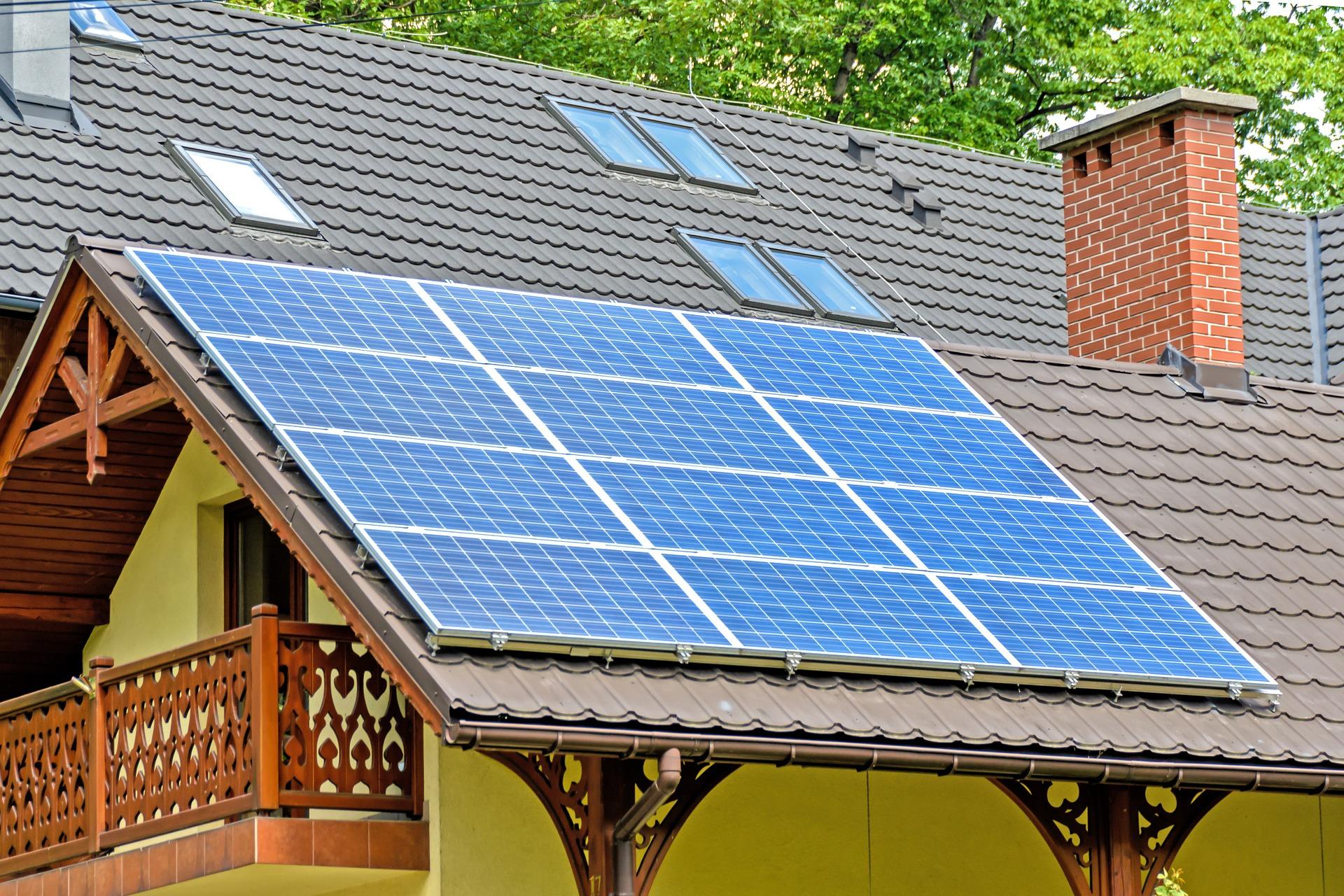 Солнечные панели на крыше дачного дома