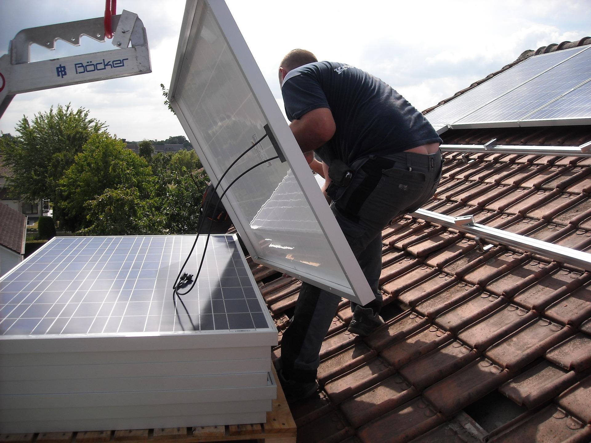 Монтаж солнечных панелей на крыше дома