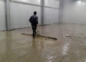 Заливка бетонного пола с использованием виброрейки