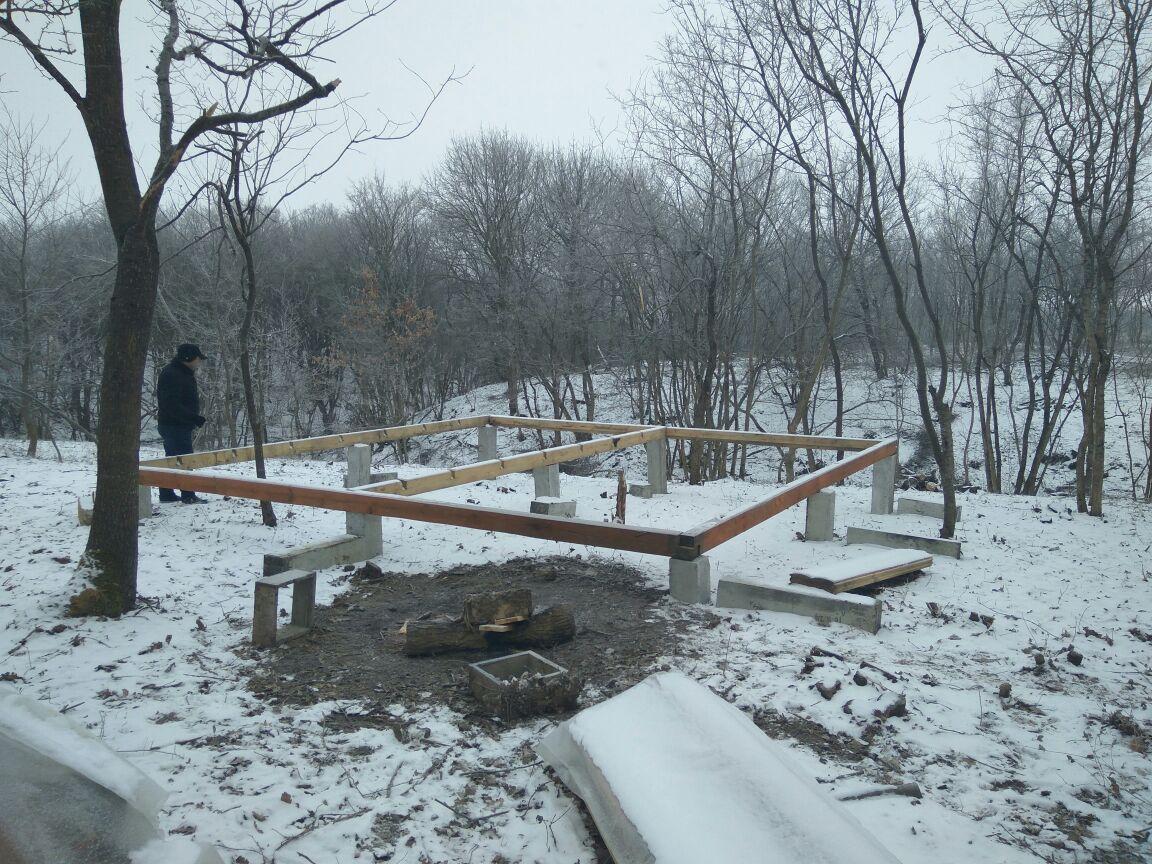 Монтаж фундамента на забивных сваях зимой