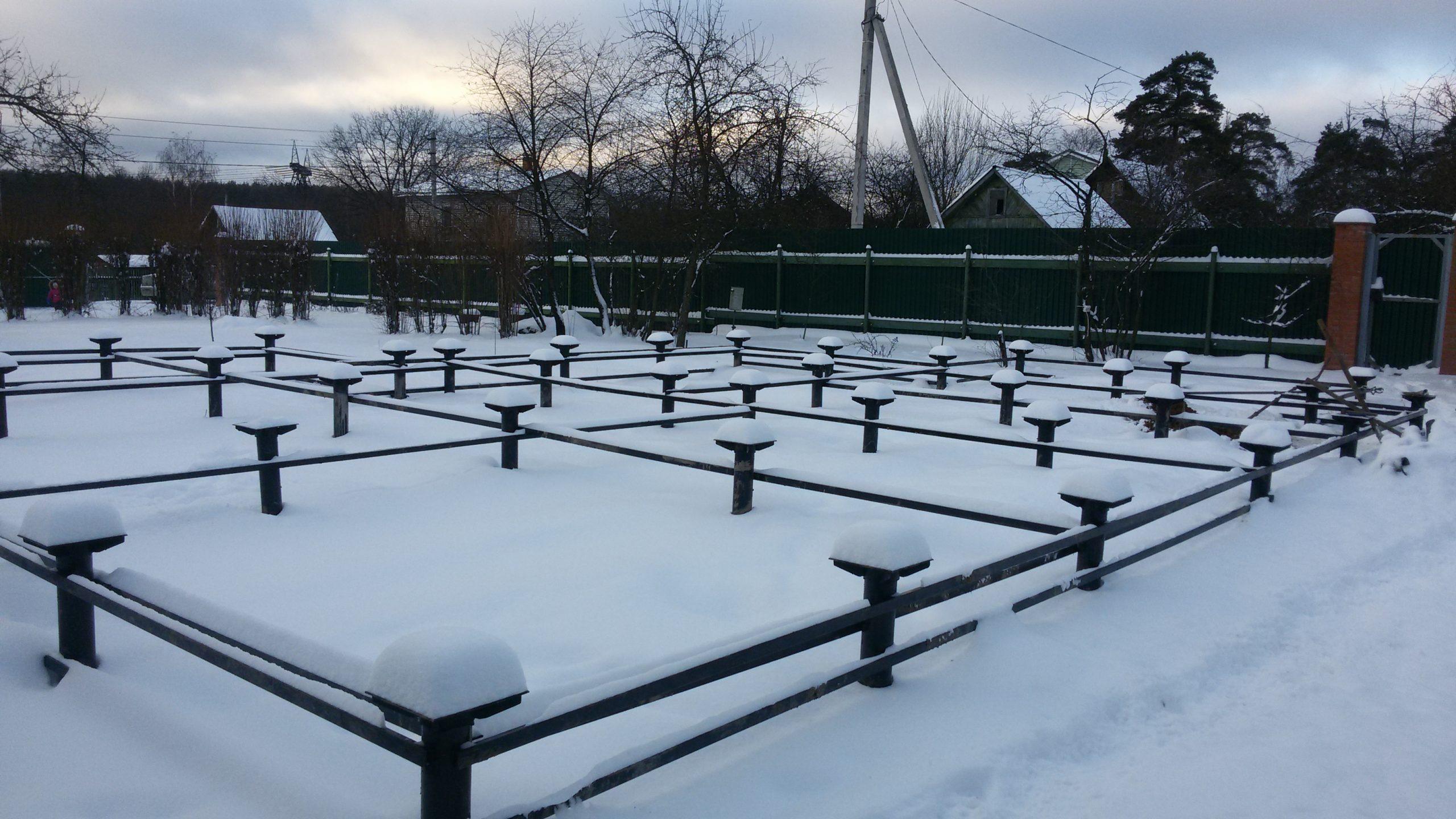 Свайно-винтовой фундамент зимой