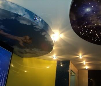Красивый декоративный натяжной потолок