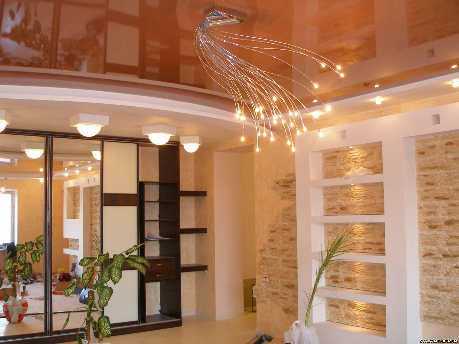 Оранжевый натяжной потолок в интерьере гостиной