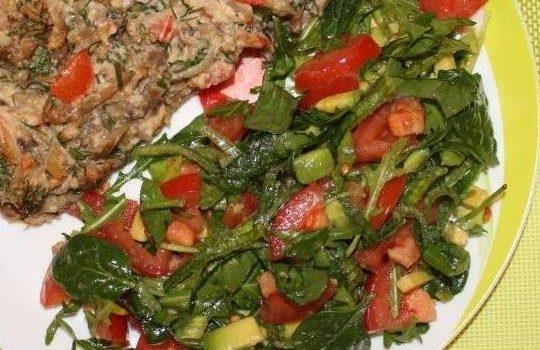Салат из зелени и авокадо