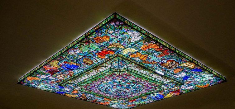 Декорирование потолка с помощью витража